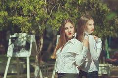Ernstige jonge vrouw twee met lang haar en rode lippen Royalty-vrije Stock Foto