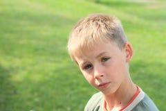 Ernstige jongen stock fotografie