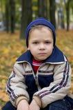 Ernstige jongen in de herfst Royalty-vrije Stock Fotografie