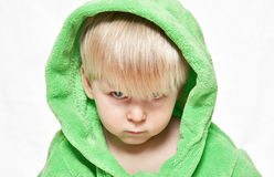 Ernstige jongen in groene peignoir Stock Afbeeldingen