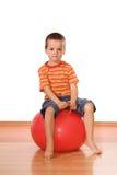 Ernstige jongen met gymnastiek- bal Royalty-vrije Stock Afbeeldingen