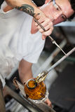 Ernstige Kunstenaar Working met Glas royalty-vrije stock afbeelding