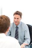 Ernstige manager die met een werknemer spreekt stock foto's