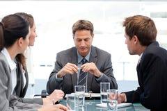 Ernstige manager met zijn team tijdens een vergadering Royalty-vrije Stock Afbeeldingen