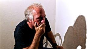 Ernstige mens die mond behandelen Stock Foto's