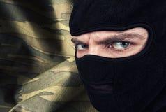 Ernstige mens in een balaclava masker Stock Foto