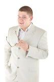 Ernstige mens in een wit kostuum met glazen Geïsoleerd over wit Stock Fotografie