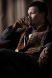 Ernstige mens het drinken wisky Royalty-vrije Stock Fotografie
