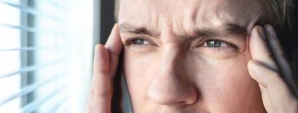 Ernstige mens met spanning Beschaamde of gedeprimeerde persoon Doorsmelting, amnesie, amnesie of ptsd concept Migraine of hoofdpi royalty-vrije stock foto