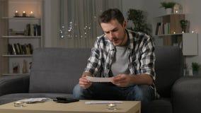 Ernstige mensenboekhouding die ontvangstbewijzen controleren stock video