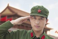 Ernstige Militair Saluting, in openlucht in China stock fotografie