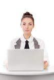 Ernstige onderneemster die laptop computer met behulp van royalty-vrije stock fotografie