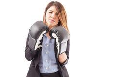 Ernstige onderneemster met bokshandschoenen stock foto