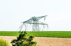 Ernstige onweersschade op een lijn van de hoogspanningsmacht na een sterk onweer stock afbeelding
