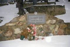 Ernstige plaats van Calamity Jane, beruchte balling in de Begraafplaats van Onderstelmoriah, Deadwood, BR in de wintersneeuw royalty-vrije stock fotografie