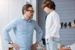 Ernstige strikte mens die zijn zoon bekijken royalty-vrije stock foto's