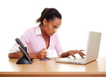Ernstige student met laptop Royalty-vrije Stock Afbeeldingen