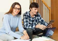 Ernstige student twee die voor examen samen voorbereidingen treffen royalty-vrije stock foto's