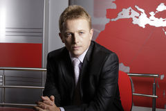 Ernstige televisieverslaggever in studio Royalty-vrije Stock Fotografie