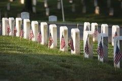 Ernstige tellers met vlaggen bij de Nationale Begraafplaats van Arlington op Memor stock afbeeldingen