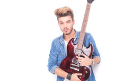 Ernstige tuimelschakelaar die rode elektrische gitaar houden Stock Fotografie