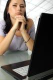 Ernstige vrouw achter laptop Royalty-vrije Stock Foto's