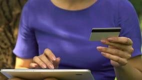 Ernstige vrouw die kaartaantal op lusje ingaan, onmiddellijke geldoverdracht, financiën app