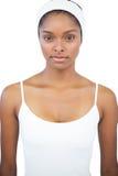 Ernstige vrouw die witte hoofdband dragen stock fotografie
