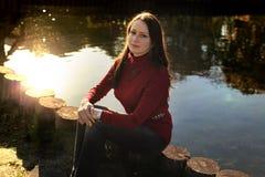 Ernstige vrouw door rivier Stock Foto
