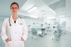 Ernstige vrouwelijke arts in werkende ruimte Stock Afbeeldingen