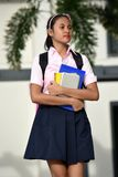 Ernstige Vrouwelijke Student Walking royalty-vrije stock afbeelding