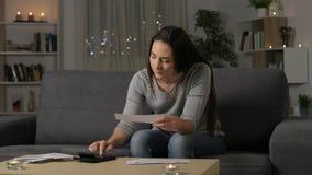 Ernstige vrouwenboekhouding die ontvangstbewijzen controleren stock video