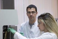 Ernstige werker uit de gezondheidszorg die chemisch element in werkomgeving bestuderen stock foto's
