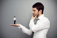 Ernstige werkgever die de werkgever overwegen Royalty-vrije Stock Foto's