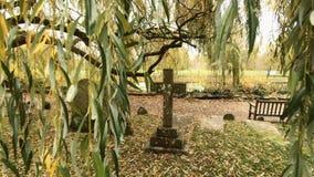 Ernstige Yard Dwarsgrafsteen die Christian Religion Burial vertegenwoordigen stock videobeelden