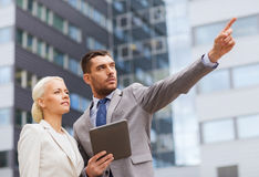 Ernstige zakenlieden met tabletpc in openlucht Stock Foto's