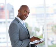 Ernstige zakenman die bij laptop werkt Stock Foto