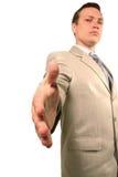 Ernstige zakenman die voor een handdruk aanbiedt Royalty-vrije Stock Fotografie