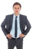 Ernstige zakenman die zich met handen op heupen bevinden stock foto