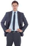 Ernstige zakenman met handen op heupen royalty-vrije stock foto's