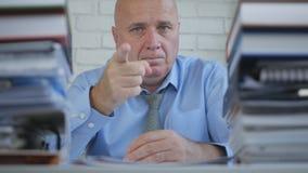Ernstige Zakenman Pointing With Finger die een Persoon waarschuwen stock fotografie