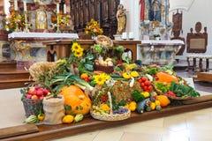 Ernte-Festival-Altar (Erntedankaltar) an der Kirche stockfoto