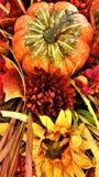 Ernte-Mittelstückanzeige mit Kürbis und Sonnenblume stockfotos