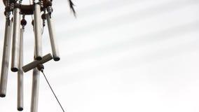 Ernte-Schuss-Handwerks-Wind-Glockenspiel-Rohr-Mobile in der Brise mit Refulgent Hintergrund stock video