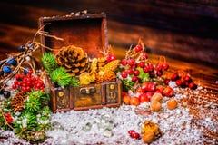 Erntedankfesthintergrund mit geöffnetem Kastenschatz, appl Stockfoto