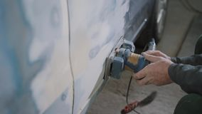 Erntehände, die Auto versanden stock video