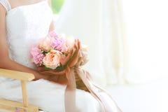 Erntekörper, Abschluss oben der Braut, die den schönen Blumenstrauß sitzt O hält lizenzfreie stockbilder