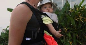 Erntemann mit Baby in der Fördermaschine stock footage