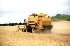 Erntemaschine auf Feld Stockfoto