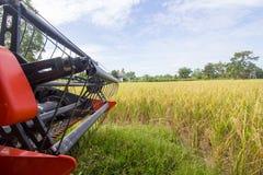 Erntemaschine in der Arbeit Lizenzfreie Stockfotos
